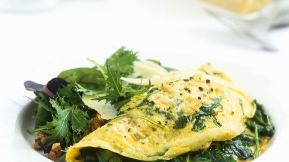 Rezept: Spinat-Omelett mit grünem Salat und Parmesan