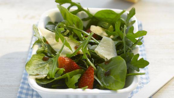 spinat rauke salat mit erdbeeren und parmesan rezept eat. Black Bedroom Furniture Sets. Home Design Ideas