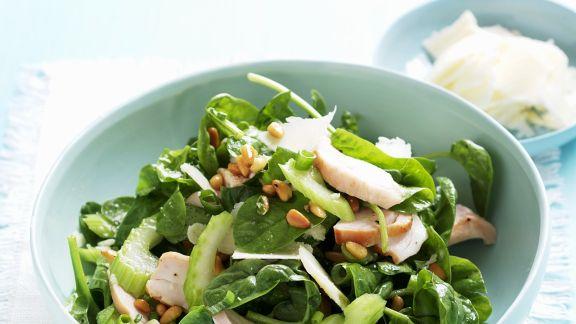 Rezept: Spinat-Stangensellerie-Salat mit Hühnchen