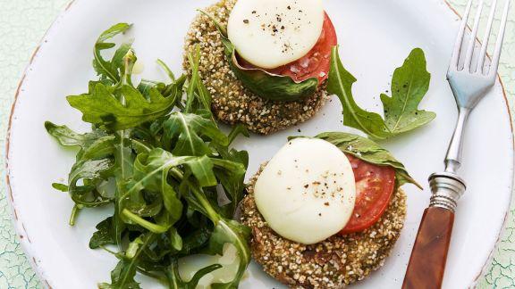Rezept: Spinatbratlinge mit Mozzarella, Rucola und Tomaten