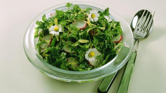 Rezept: Spinatsalat mit Gänseblümchen