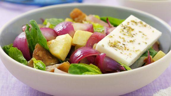Rezept: Spinatsalat mit gebratenem Kürbis, Zwiebeln und Schafskäse