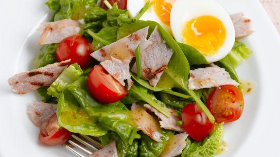 Rezept: Spinatsalat mit Speck, Ei und Cocktailtomaten