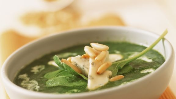 Rezept: Spinatsuppe mit Pinienkernen und Blauschimmelkäse