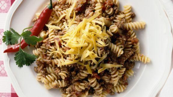 Rezept: Spiralnudeln mit scharfer Bolognese und Käse