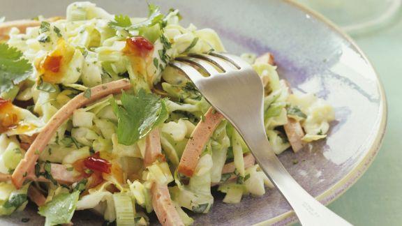 Rezept: Spitzkohlsalat mit Leberkäse