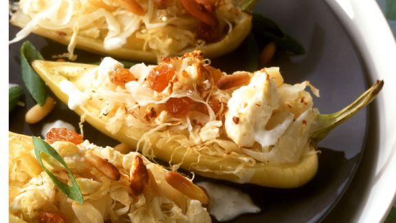 Rezept: Spitzpaprika mit Sauerkraut gefüllt