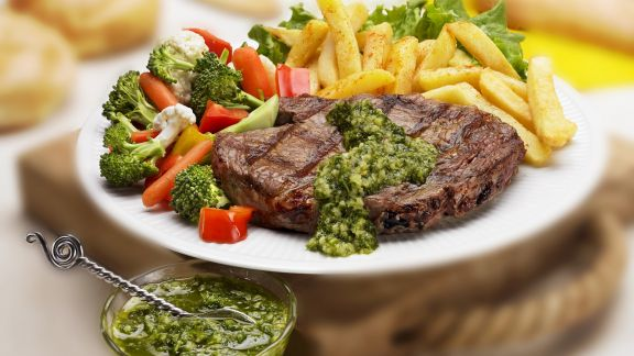Rezept: Steak aus der Hochrippe mit Kräutersoße, Pommes frites und buntem Gemüse