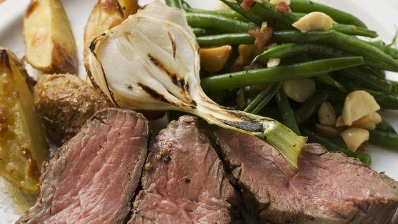 Rezept: Steak mit Bratkartoffeln, Lauchzwiebeln und Bohnen mit Speck