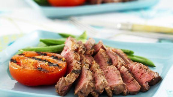 Rezept: Steak mit grünen Bohnen und Grilltomate