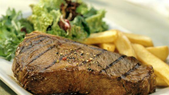 Rezept: Steak mit Kartoffelsticks und grünem Salat