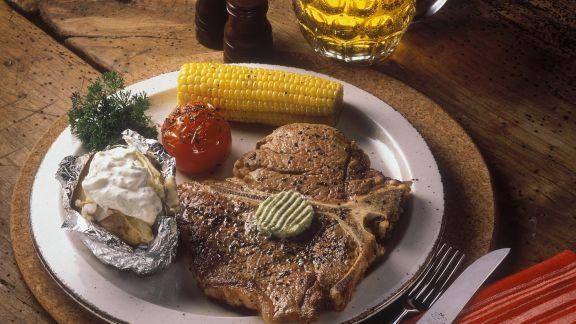 Rezept: Steak mit Maiskolben, gegrillter Tomate und Ofenkartoffel
