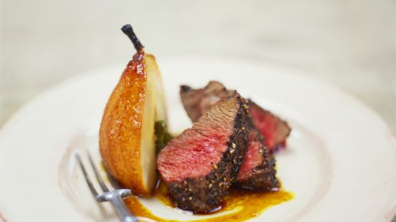 Rezept: Steak mit Pfefferkruste und Karamellbirne