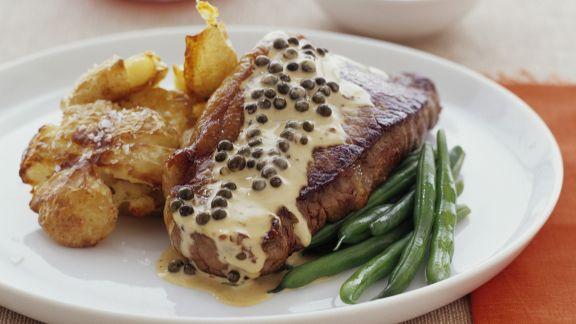 Rezept: Steak mit Pfeffersoße, Bratkartoffeln und Bohnen