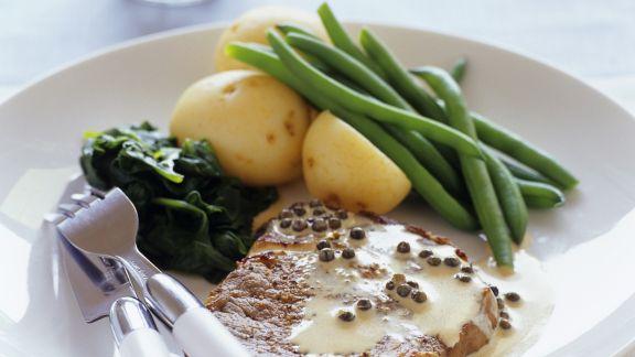 Rezept: Steak mit Pfeffersoße und Beilage