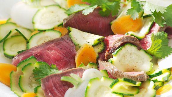 Rezept: Steak-Streifen mit Gemüsesalat