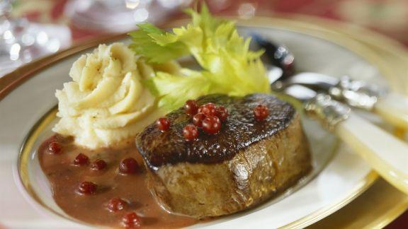 Rezept: Steak vom Hirsch mit Preiselbeersoße und Selleriebrei