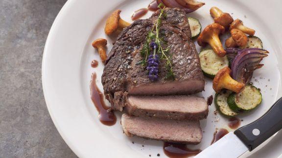 Rezept: Steak vom Rind mit Eierschwammerl und Zucchini