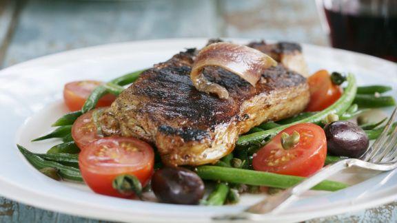 Rezept: Steak vom Rind mit Sardellen, grünen Bohnen, Oliven und Tomaten