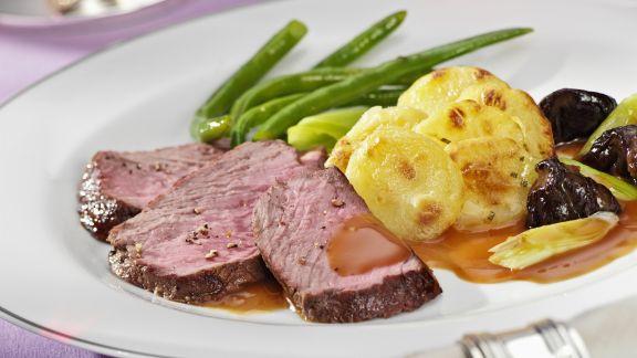 Rezept: Steaks vom Rinderrücken mit Kartoffelgratin und Bohnen