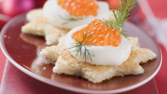 Rezept: Stern-Canapes mit Schmand und Lachskaviar