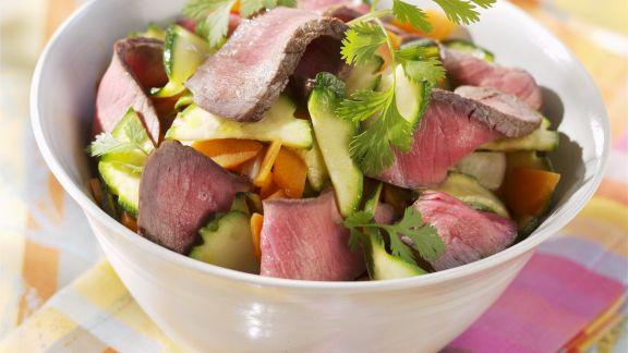 Rezept: Streifen vom Filetsteak mit Gemüsesalat und Koriander
