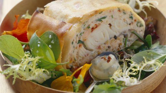Rezept: Strudel mit Fischfüllung auf Salat mit Honig-Senf-Dressing