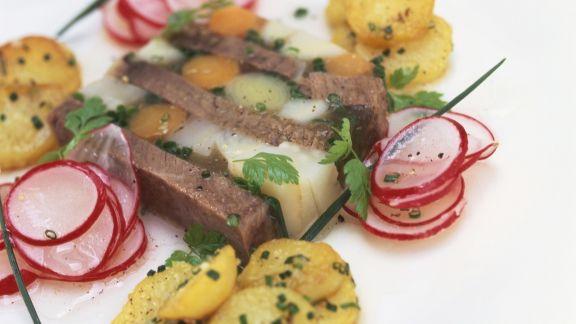 Rezept: Sülze mit Tafelspitz dazu Radieschensalat und Bratkartoffeln