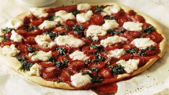 Rezept: Süße Pizza mit Erdbeersoße und Minzpesto