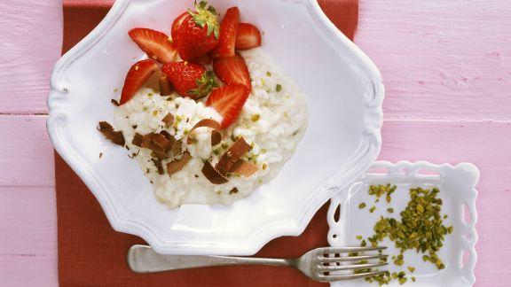 Rezept: Süßer Milchreis auf italienische Art mit Erdbeeren und Pistazien