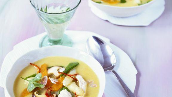 Rezept: Süßkartoffel-Spargel-Suppe im Asia-Stil mit Hähnchen