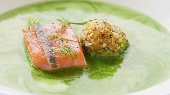 Rezept: Suppe aus frischen Kräutern mit Lachs und Heringskrokette
