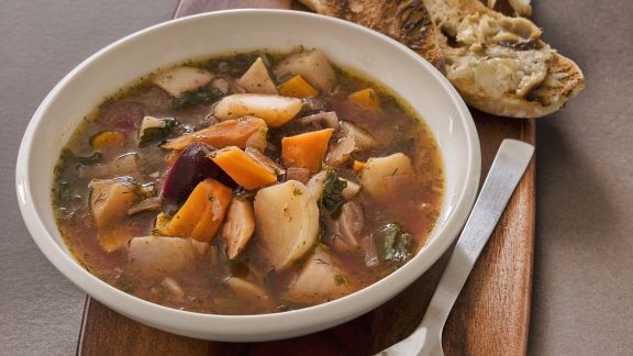 Rezept: Suppe aus Wurzelgemüse mit knackigem Knoblauchbrot