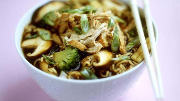 Rezept: Suppe mit Eiernudeln, Gemüse, Pilzen und Huhn auf chinesische Art