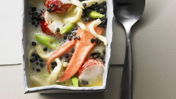 Rezept: Suppe mit Hummer, schwarzen Linsen und Spätzle