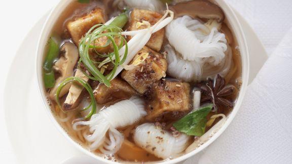 Rezept: Suppe mit Reisnudeln und Schmor-Tofu