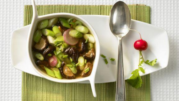 Rezept: Suppe mit Shiitake, Lauchzwiebeln und Radieschen