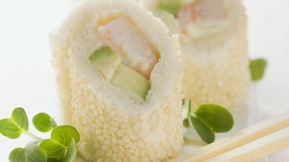 Rezept: Sushi auf italienische Art mit Weißbrot, Avocado und Garnele