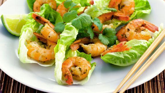 thai scampi mit salat und koriander rezept eat smarter. Black Bedroom Furniture Sets. Home Design Ideas