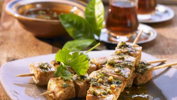 Rezept: Thunfisch am Spieß mit würziger Kräutersoße