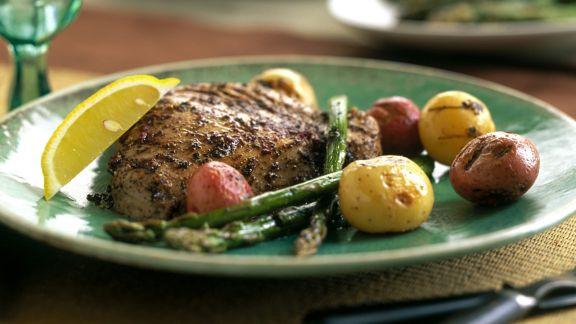 Rezept: Thunfisch mit Pfeffermantel, Spargel und Kartoffeln