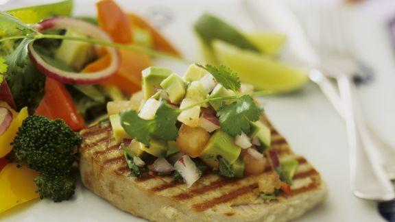 Rezept: Thunfischsteak mit Salsa aus Avocado und Tomate