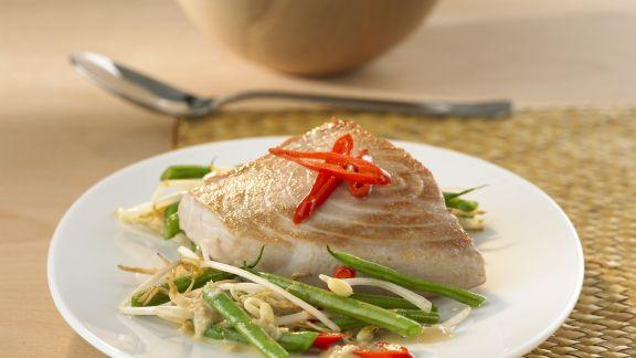 Rezept: Thunfischsteak mit Sojasprossen, Chili und Bohnen
