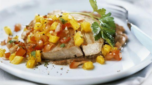 Rezept: Thunfischsteak vom Grill mit Salsa aus Mango und Tomaten