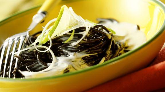 Rezept: Tintenfisch-Spaghetti mit Ziegenkäsesoße und Limette