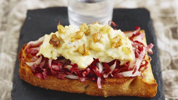 Rezept: Toast mit Blauschimmelkäse, Radicchio und Zwiebeln
