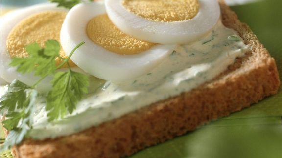 Rezept: Toast mit Kerbelcreme und Ei