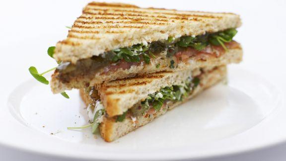 Rezept: Toast-Sandwich mit Lachs und Brunnenkresse