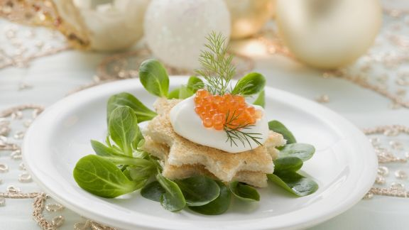Rezept: Toastbrotsterne mit Schmand, Kaviar und Feldsalat