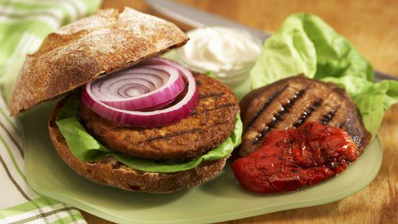 Rezept: Tofu-Burger mit großem Champignon und gegrillter Paprika